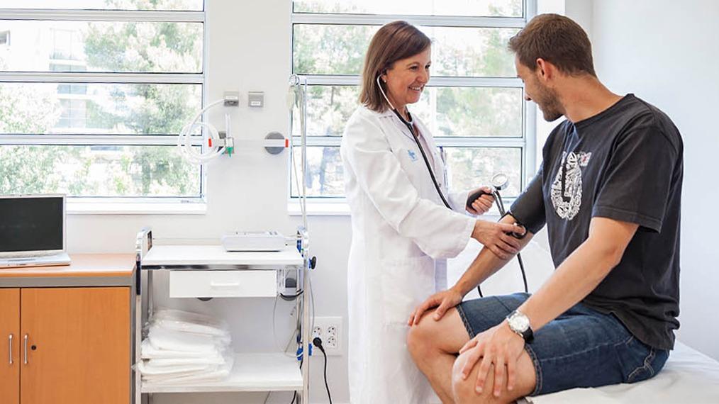 doctora tomando presión a paciente