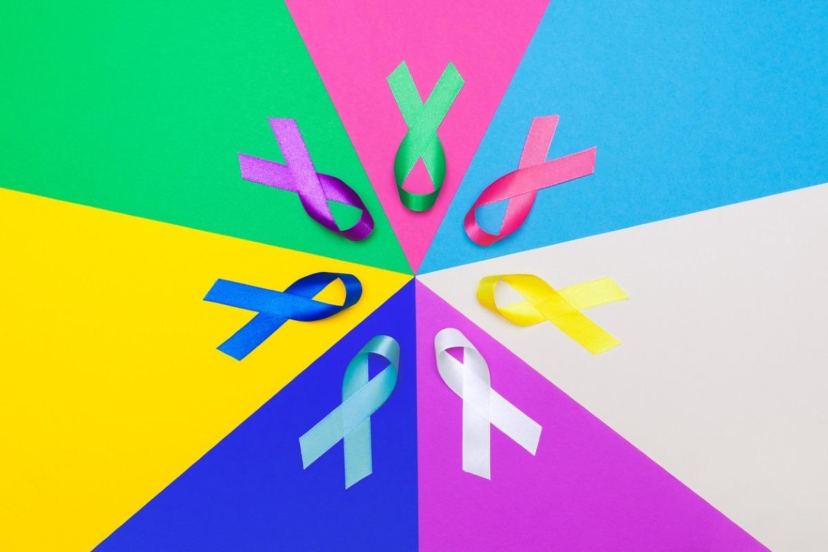 Lazos de colores de apoyo a enfermos de cáncer