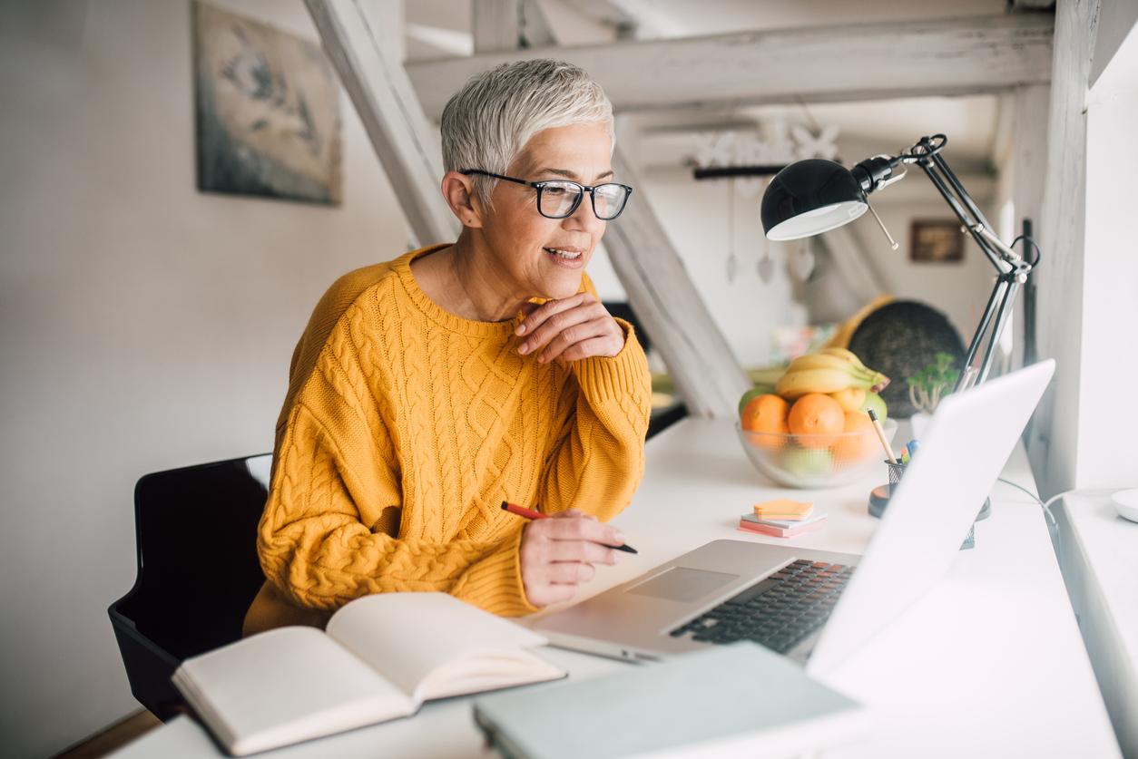 Mujer estudiando con un ordenador portátil.